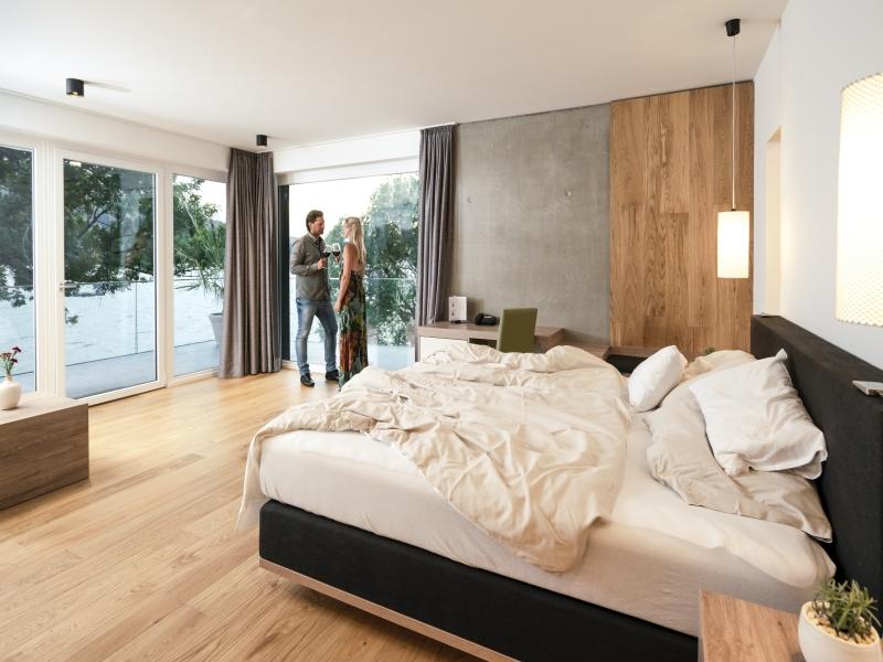 Zimmer Bett Paar Blick Richtung Balkon