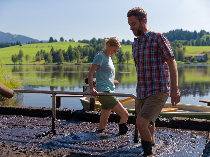 Moortretbecken Mann und Frau mit Soierer See im Hintergrund