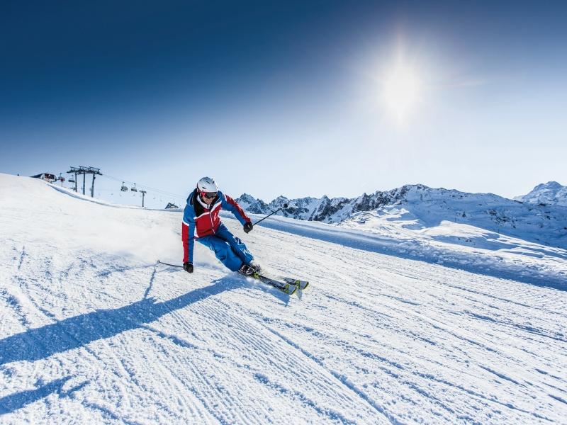 Skifahrer Hochzeiger Abfahrt Sonne