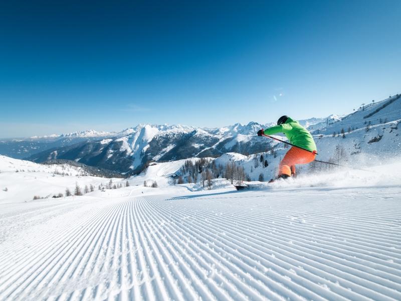Skifahrer frisch preparierte Abfahrt