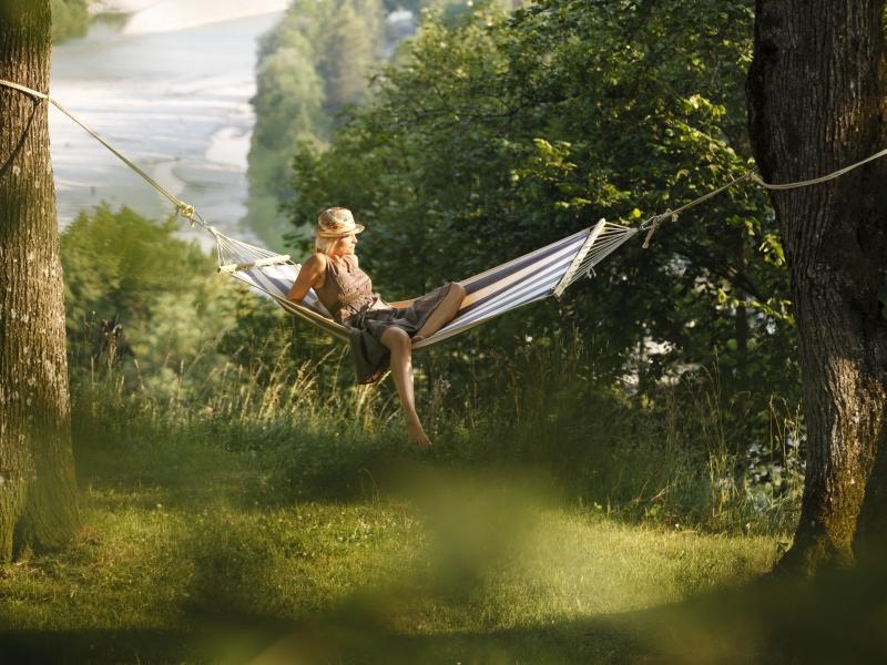 Sommer Frau Hängematte Fluß im Hintergrund