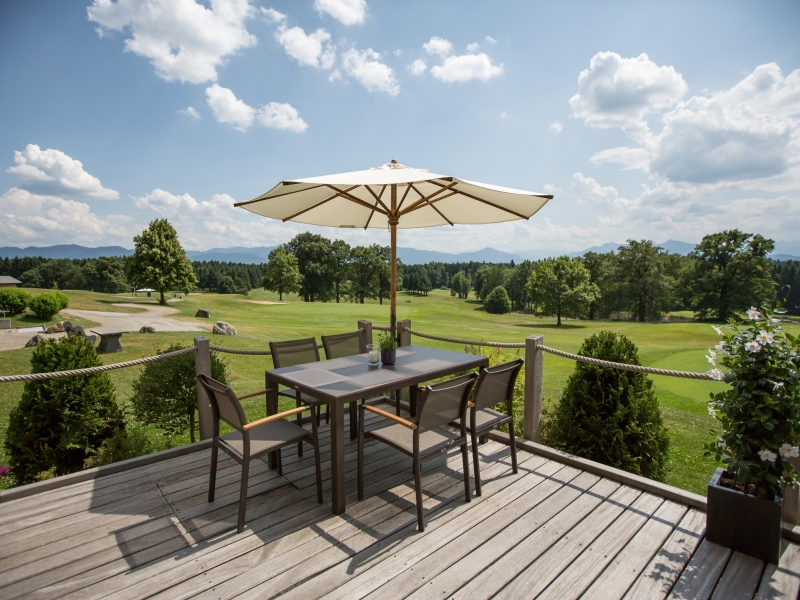 Sonnenterasse Blick auf Golfplatz St. Eurach Tisch Sonnenschirm