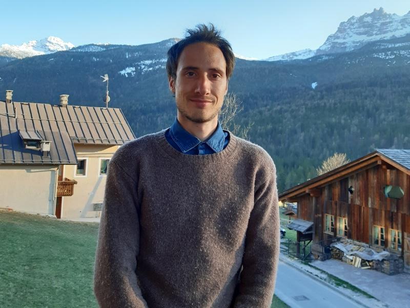 Francesco Corte Colo vor Bergkulisse auf Balkon