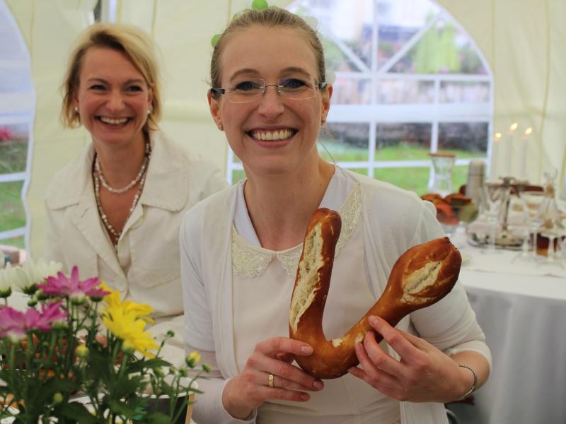 2 Frauen im Gastrozelt