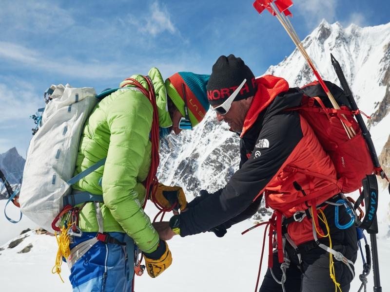 Tamara Lunger mit Ausrüstung am Gasherbrum 1