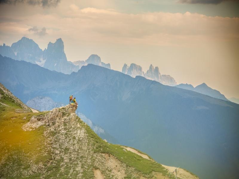 3 Wander auf kleinem Gipfel mit Dolomiten im Hintergrund