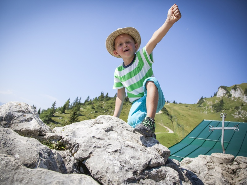 Junge in Siegespose an Brauneck