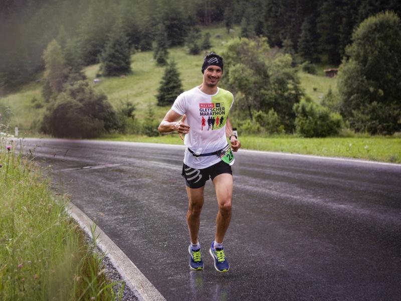 Läufer Straße Pitztal Gletschermarathon