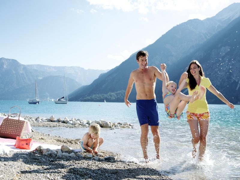 Familie beim Badespass