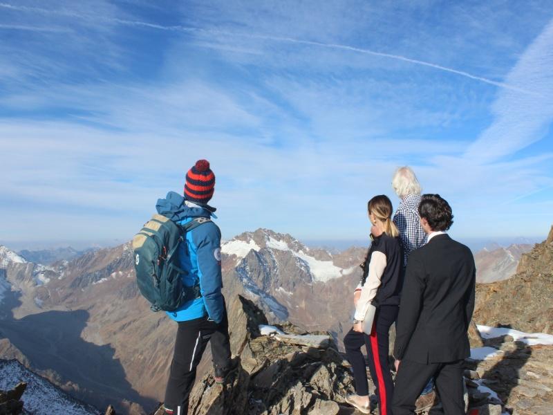 vier Leute Blick über Berge