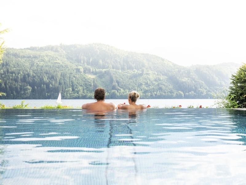 Pool Paar Blick auf See