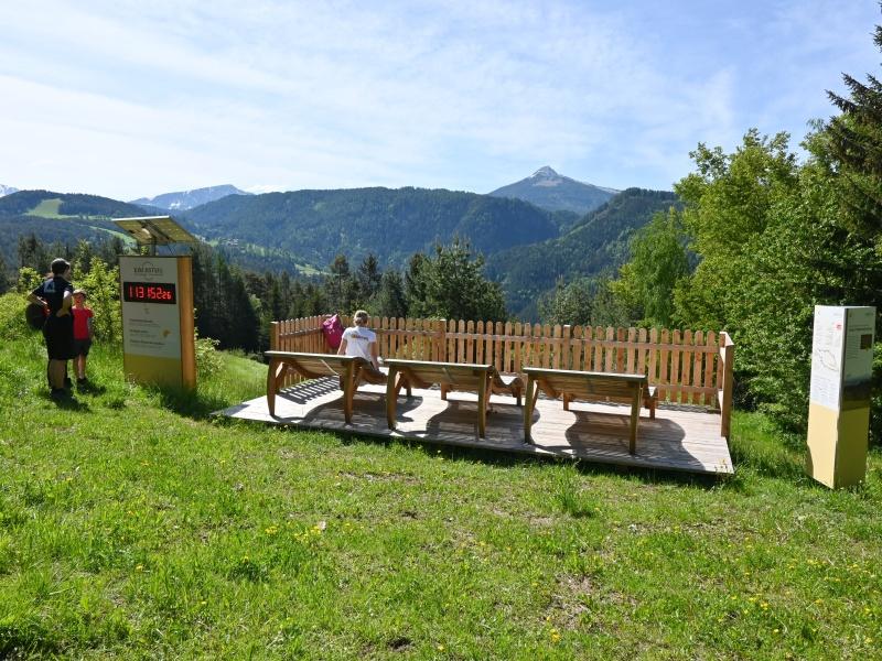 Erlebnisweg Kirchsteig Eggental Zaun Bank Tische