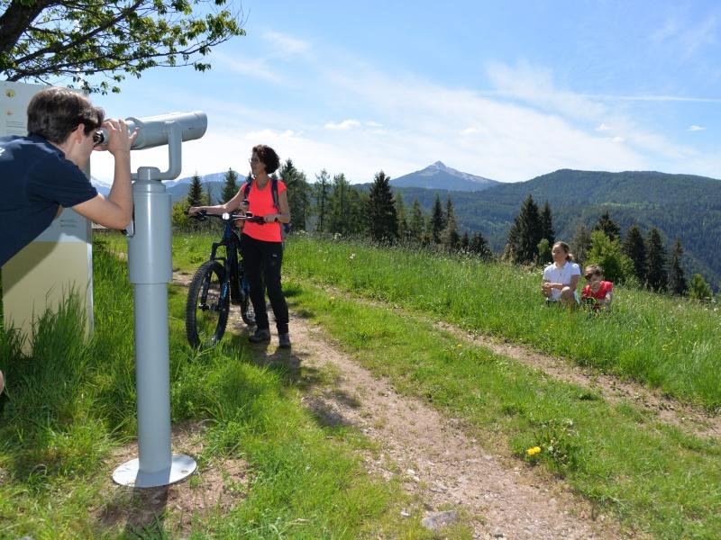 Familie Fahrrad Fernrohr Feldweg