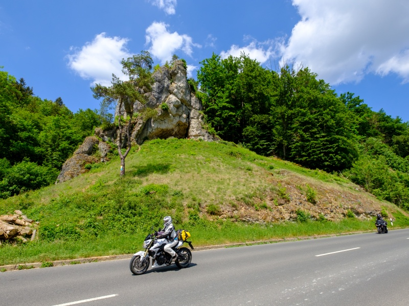 2 Motorradfahrer vor Felsen
