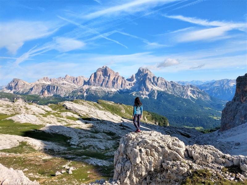 Passo Giau Wanderin vor Dolomitenpanorama