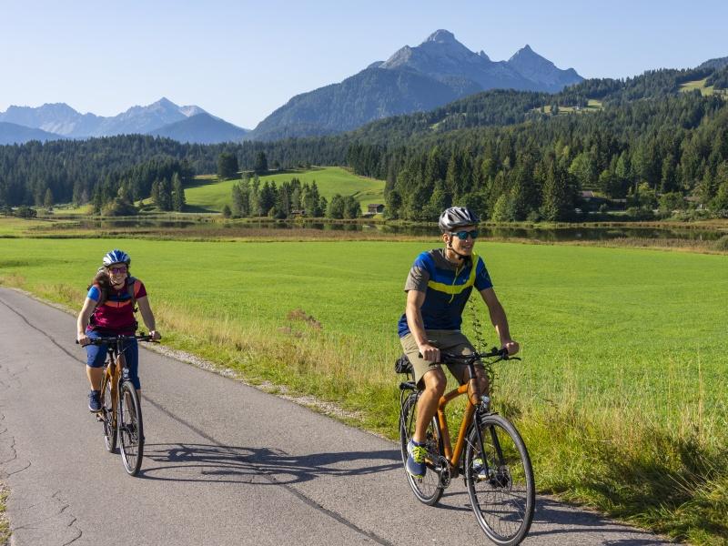 zwei Radler Berge im Hintergrund