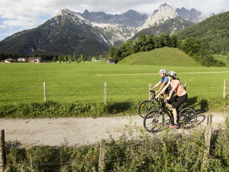 2 Radfahrer Ebike Radweg Hintergrund Berge