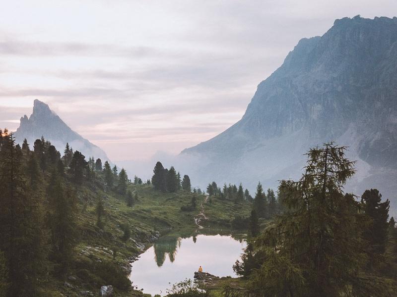 Verstecker See Gebirge Bäume