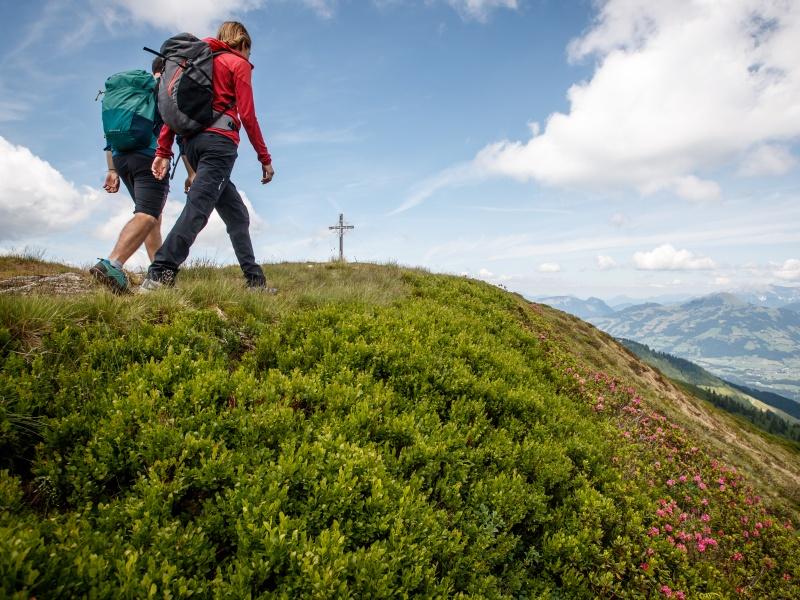 2 Wanderer Gipfelkreuz