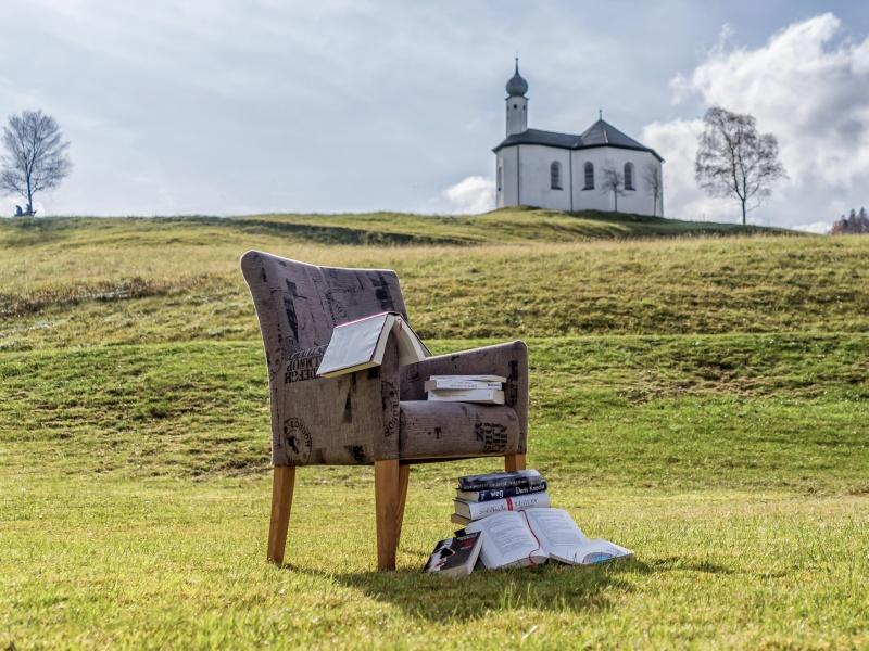 Achensee Stuhl Bücher Wiese Kapelle