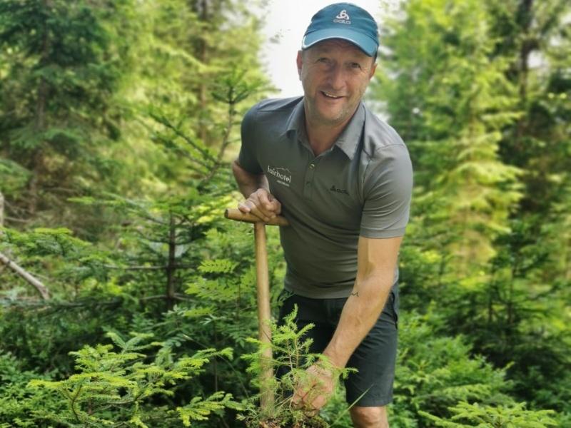 Hans Eder pflanzt Baum