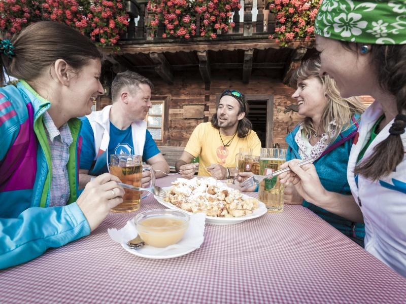 Geselliges Essen 5 Personen auf Denkalm Terrasse
