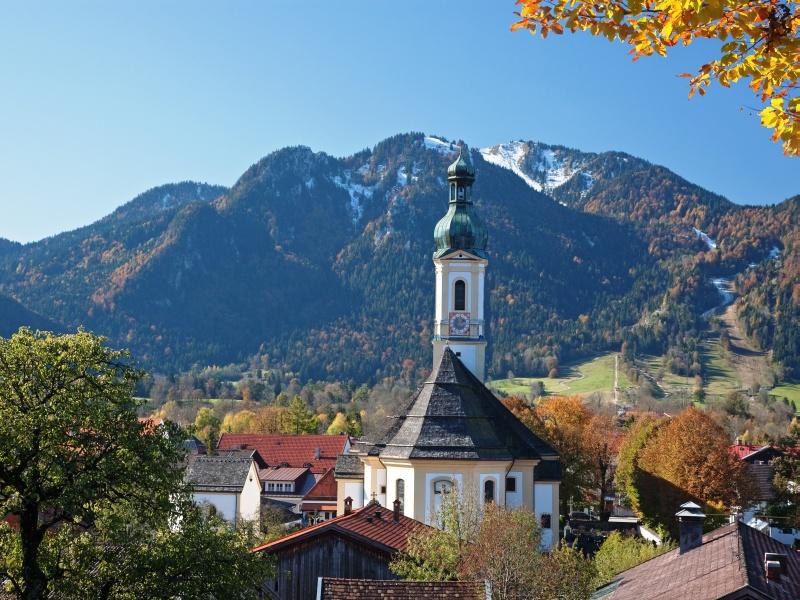 Herbststimmung Lenggries Kirche vor Bergkulisse