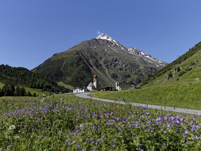 Das kleine Bergdorf Vent umgeben von Bergen in Ötztal