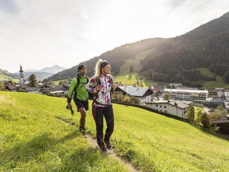 2 Wanderer oberhalb vom Dorf