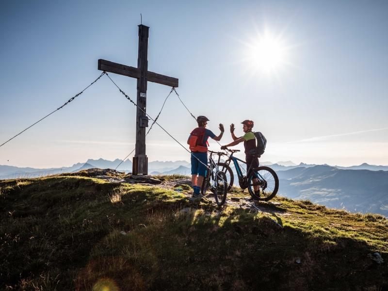 2 Mountainbiker am Gipfelkreuz