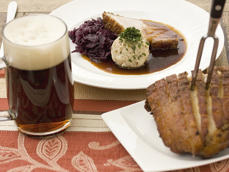 Schweinebraten mit dunklem Bier Tischgedeck