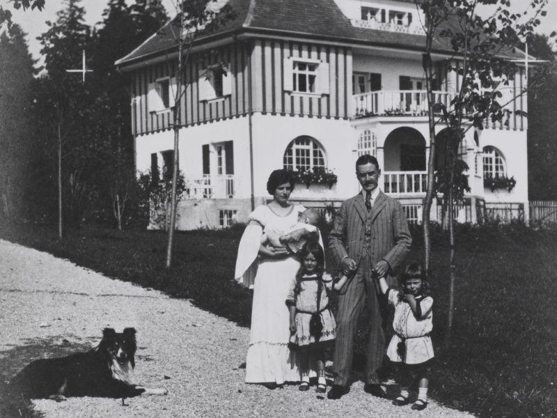 Familie Mann vor Villa