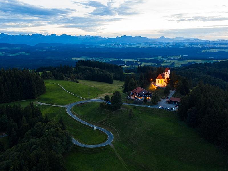 Luftaufnahme Kirche Alpenkette