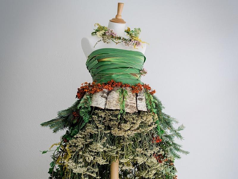 Kleid aus Waldmaterial