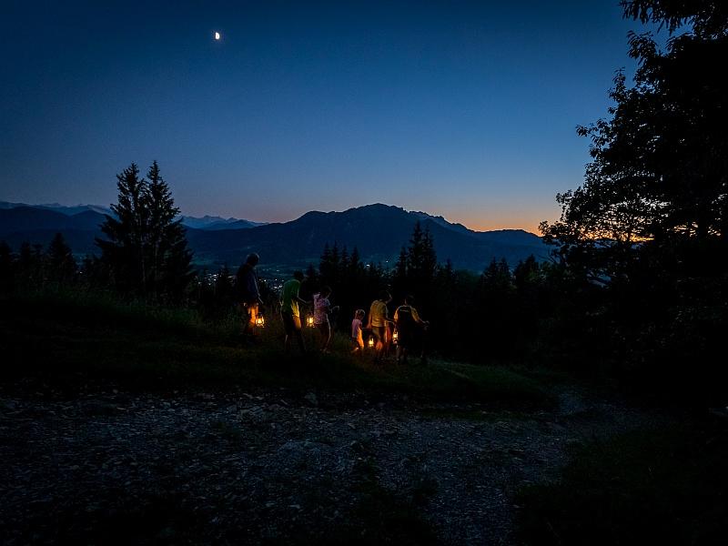 Laternenwanderung mit Berg im Hintergrund