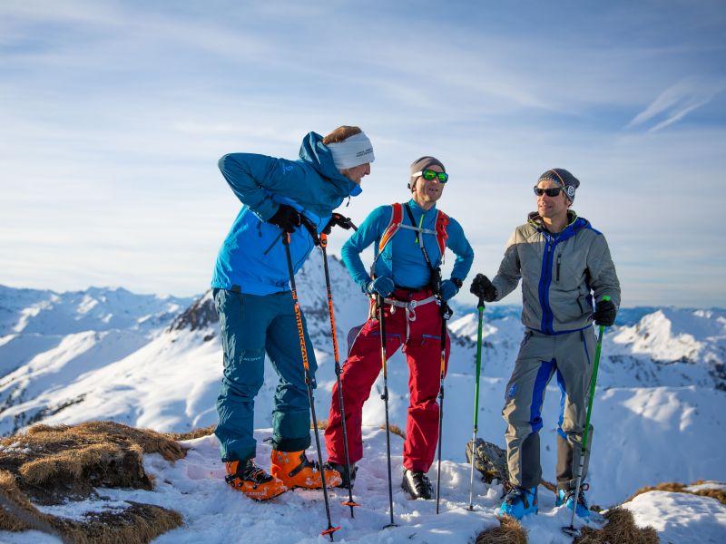 drei Skitourgeher am Gipfel