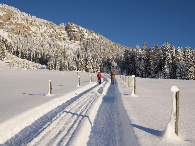 Spuren durch Schnee Wanderer