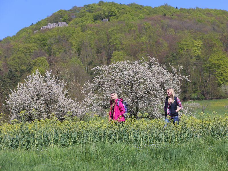 Glatzenstein mit 2 Wanderinnen