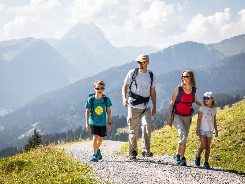 Familie beim Wandern KAT Walk Family