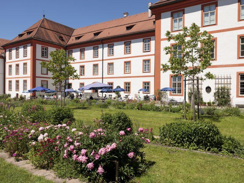 Klostergarten mit Kloster Beuerberg