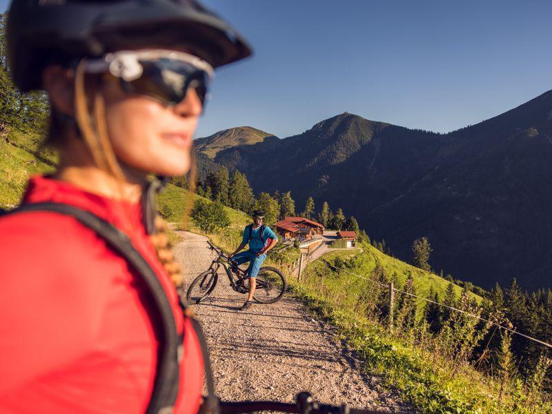 Mountainbiker auf Wirtschaftsweg