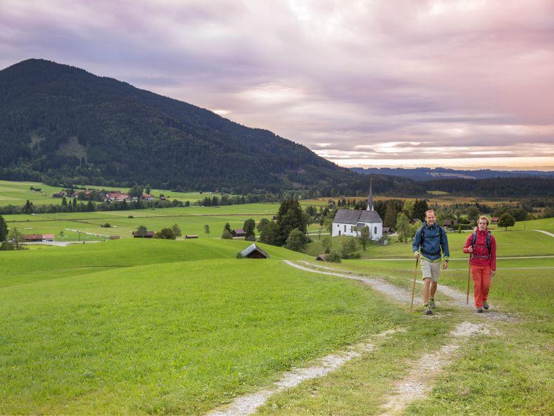 zwei Wanderer meditationsweg Kappelkirche