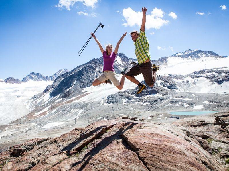 Paar springt in die Luft Pitztaler Gletscher
