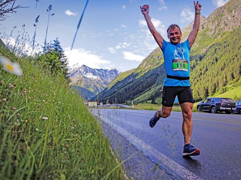 Marathonläufer beide Arme oben