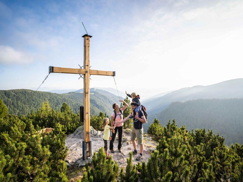Familie am Gipfelkreuz