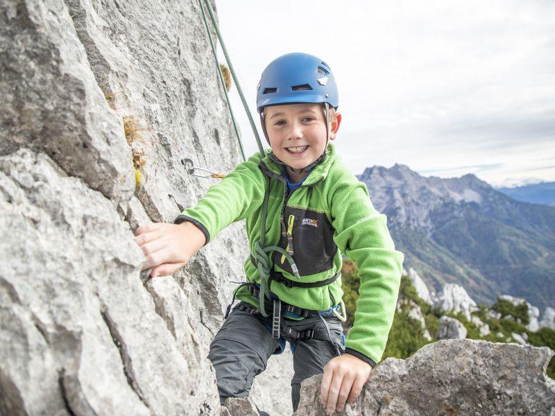 Kind beim Klettern Pillerseetal