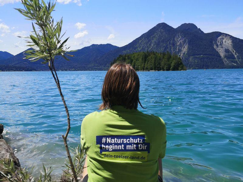 Person am Walchensee Naturschutz beginnt mit Dir