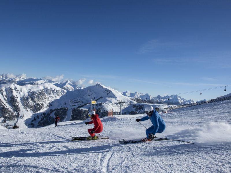 Zwei Skifahrer Piste Obereggen